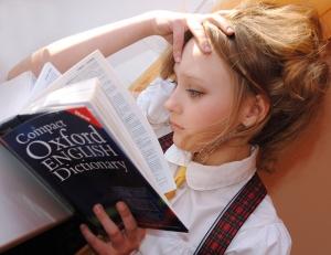 девушка со словарем